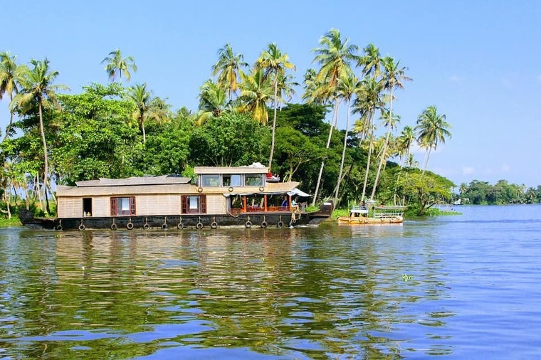 Large rent houseboat in kerala